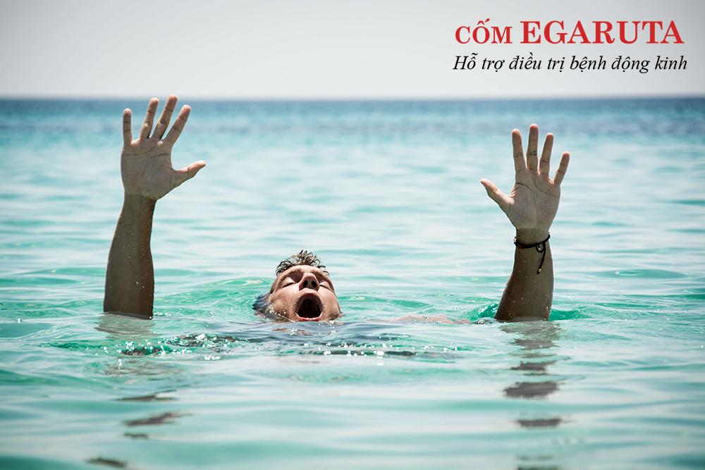 Người bệnh động kinh không nên đi bơi một mình